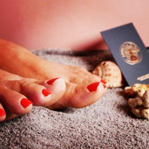 Pose de vernis rouge sur les pieds réalisée par Laurie Atelier de l'Ongle