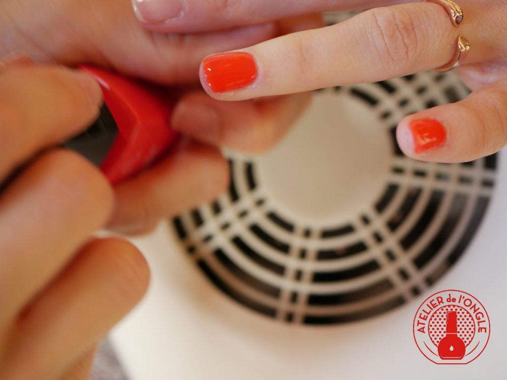 Pose de vernis semi-permanent sur les mains
