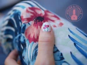 Nail art representant une fleur rouge