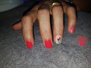 Nailart réalisé par Laurie Atelier de l'ongle représentant 2 tulipes rouges avec du brillant