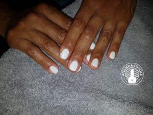 Pose gel blanc réalisé par l'atelier de l'ongle Laurie