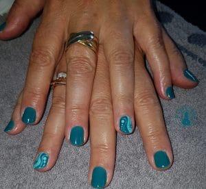 Nail art avec de jolis graphismes bleu-vert, réalisé par Laurie Atelier de l'Ongle