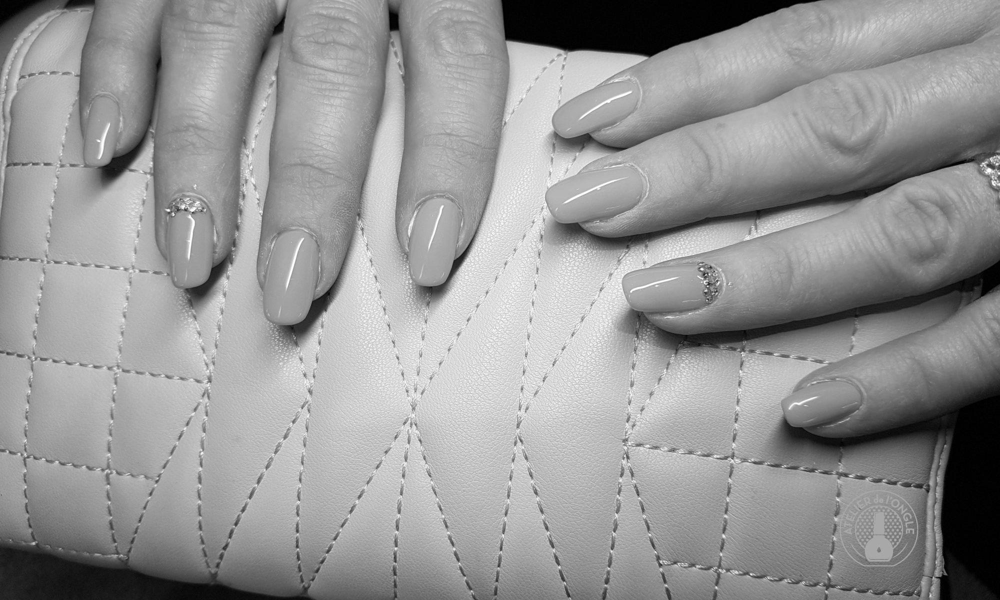 NailArt avec des paillettes réalisé par Laurie Atelier de l'Ongle