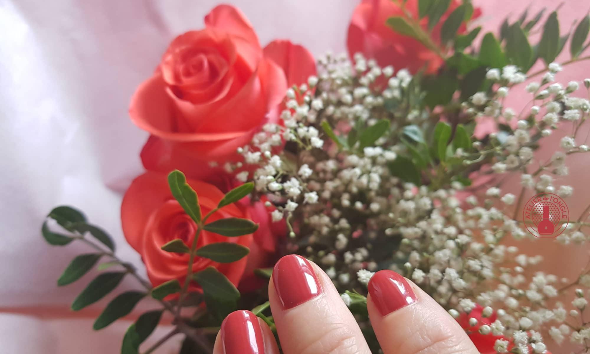 Vernis semi-permanent avec des fleurs réalisé par Laurie Atelier de l\'ongle
