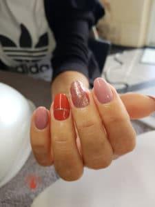 Nail art avec des pailettes réalisé par Laurie Atelier de l'ongle