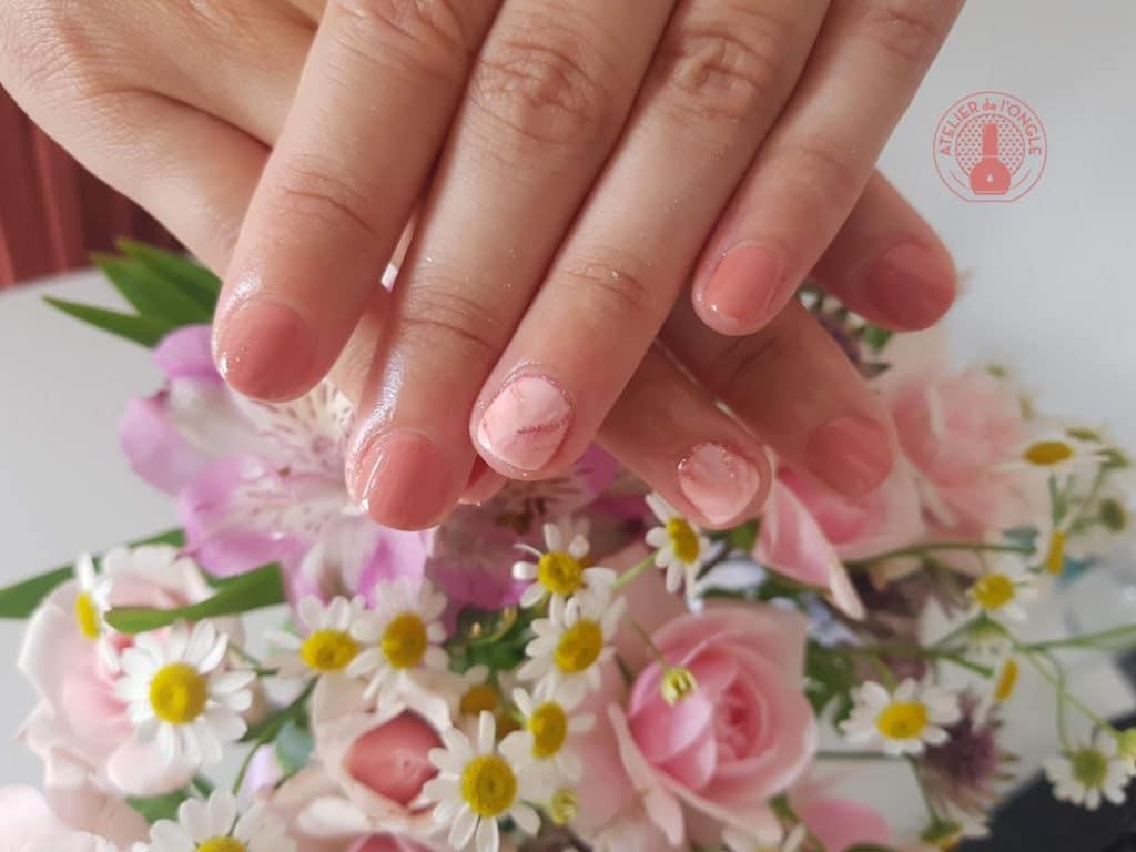 Nailart rose brillant réalisé par Laurie Atelier de l'ongle