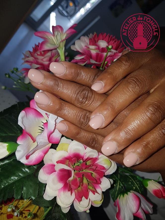 Ongles gel rose avec des fleurs réalisé par Laurie Atelier de l'ongle